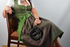Jägerdirndl kurz festlich grüne Kette und Tasche