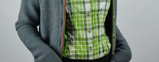 Lederhose, Bluse und Strickjacke mit Kaputze