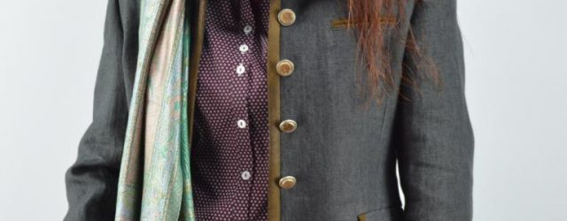 Jacke mit Bluse und Seidenschal